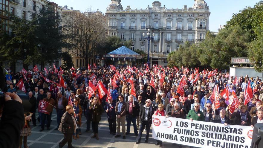 Manifestación en Santander convocada por los sindicatos CCOO y UGT.