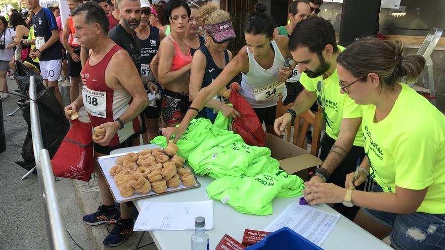 Camisetas, roscos y pestiños al llegar a meta.
