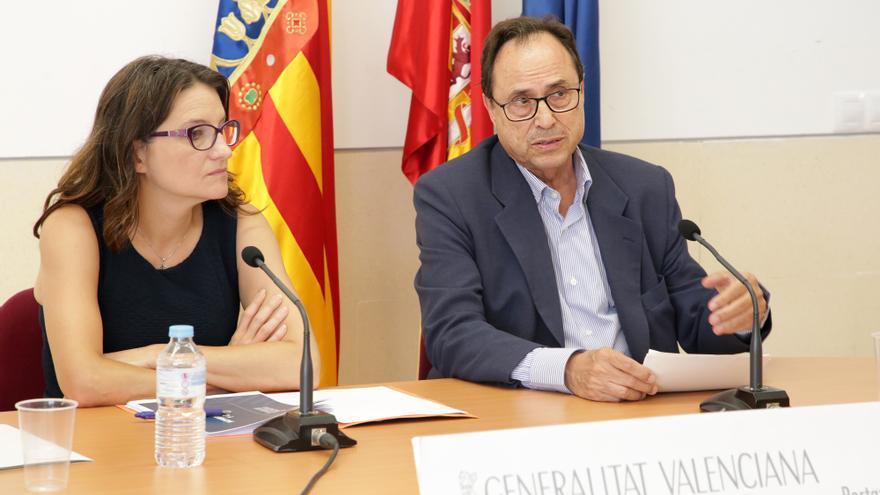La vicepresidenta valenciana, Mónica Oltra, junto al conseller de Hacienda, Vicent Soler, en rueda de prensa en Ademuz