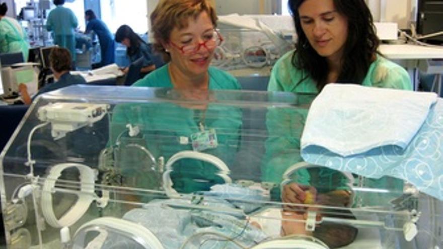 Enfermeras De Neonatología Tratan A Un Bebé En Una Incubadora