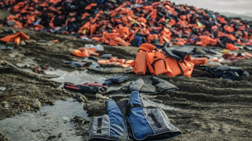 Chalecos salvavidas inservibles abandonados en la costa de Grecia. Imagen: Pablo Tosco/Oxfam Intermón