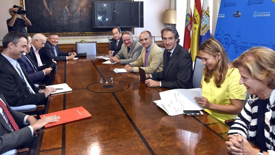 El equipo de Gobierno, durante la reunión con los representantes de los bancos.