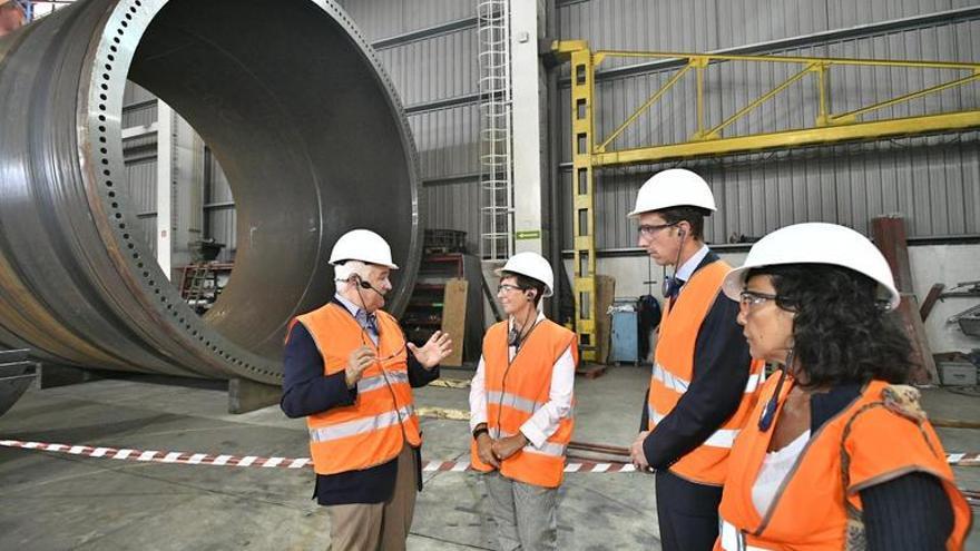 La consejera de Desarrollo Económico y Competitividad, Arantxa Tapia, en la visita a la empresa Navacel.