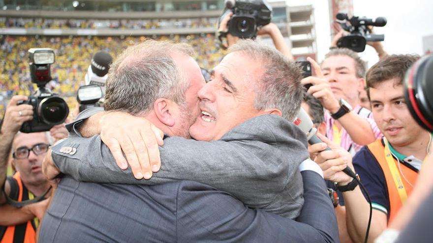 Paco Herrera y Miguel Ángel Ramírez se abrazan. (ALEJANDRO RAMOS)