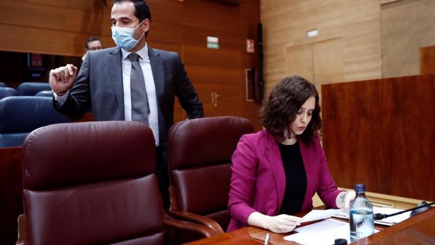 La presidenta de la Comunidad de Madrid, Isabel Díaz Ayuso (d) y el vicepresidente, Ignacio Aguado (i).