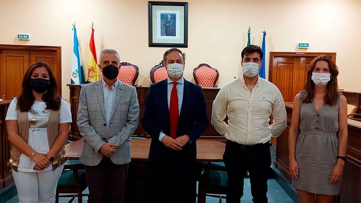 Pimentel con el alcalde de Lucena en su visita al municipio.