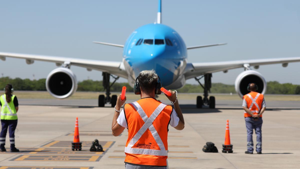 A las 18.15 llegará el avión de Aerolíneas Argentinas