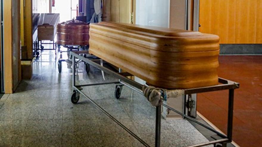 Ataúdes en una funeraria