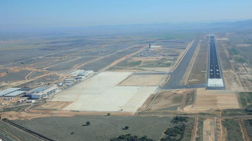 IU propone un convenio con Barajas para salvar el aeropuerto de Ciudad Real