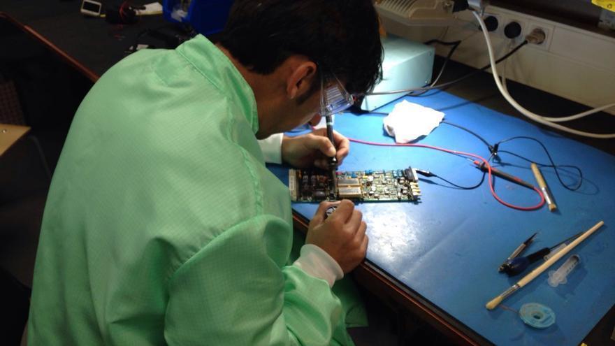 Luis Alberto Rodríguez realizando tareas de ingeniero electrónico en el GTC.