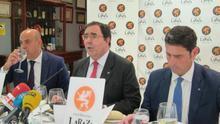 El rector de la UPO, Vicente Guzmán (centro), durante un almuerzo informativo.