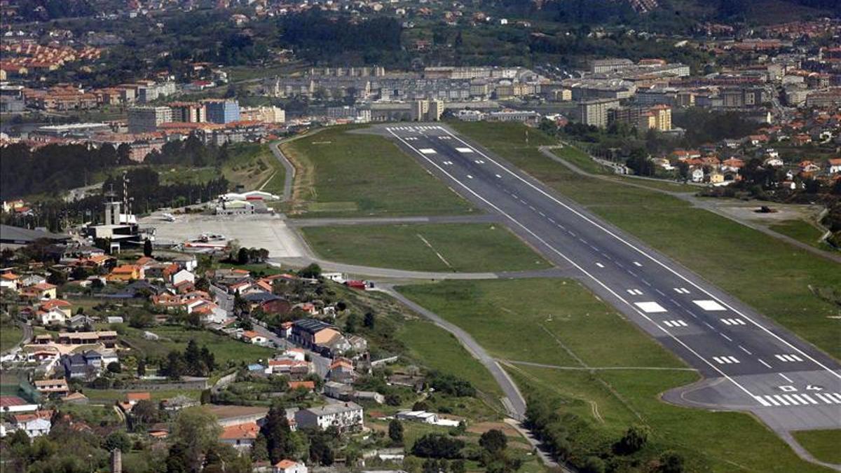 Imagen de la pista del aeropuerto de A Coruña, en Alvedro.
