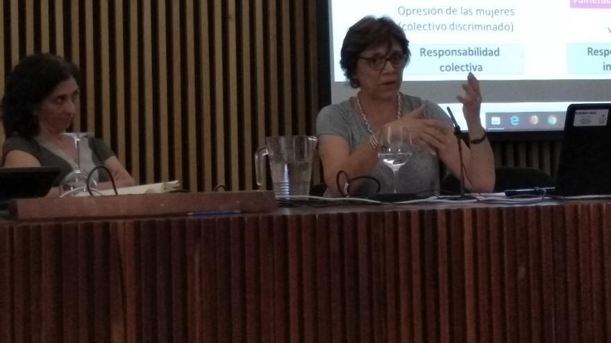 La Dra. María Acale Sánchez (izquierda), moderadora,  y Patricia Laurenzo Copello (derecha)