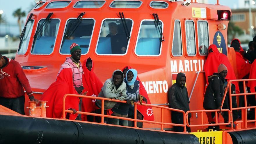 Trasladan a Tarifa a 17 personas tras ser rescatadas de la patera neumática en la que viajaban