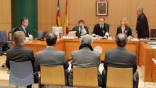 Cuatro de los acusados, de espaldas, sentados en el juzgado