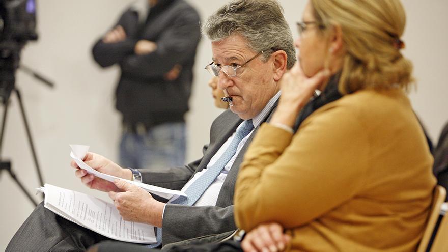 Jaime Cortezo, promotor de Hoya Pozuelo, en el banquillo.  Foto: Alejandro Ramos