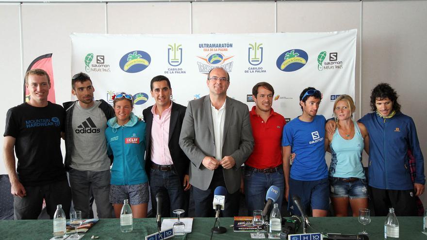 En la imagen, los corredores junto a Anselmo Pestana, Mariano Hernández y Borja Pérez, este miécoles.