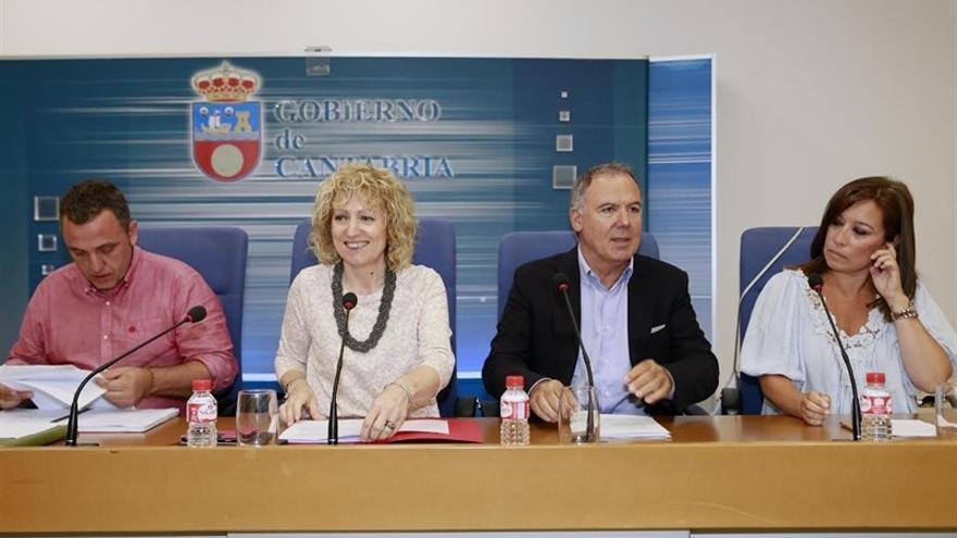 Los representantes del Gobierno, patronal y sindicatos en rueda de prensa.