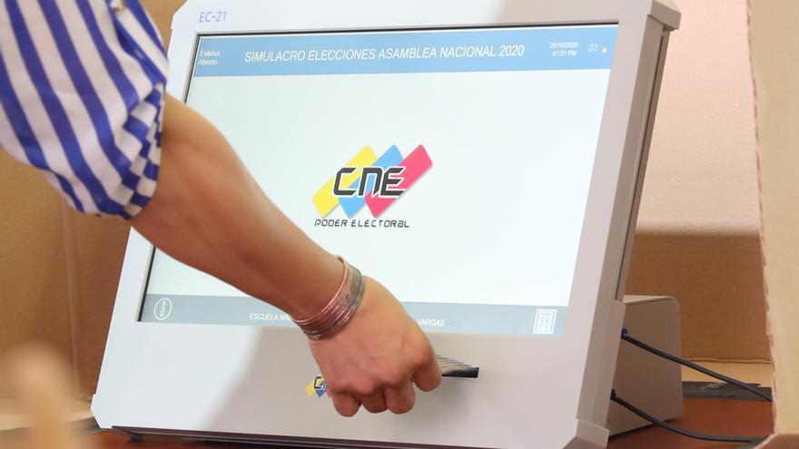 Presentan las máquinas de votación en Venezuela, con autonomía de diez horas