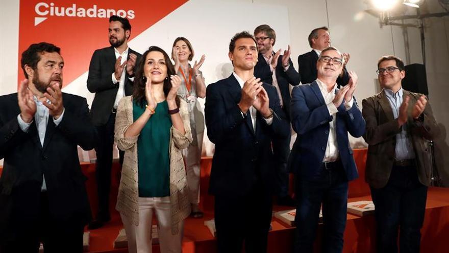 Albert Rivera (c), junto a Inés Arrimadas (3i), tras la reunión extraordinaria del Consejo del partido
