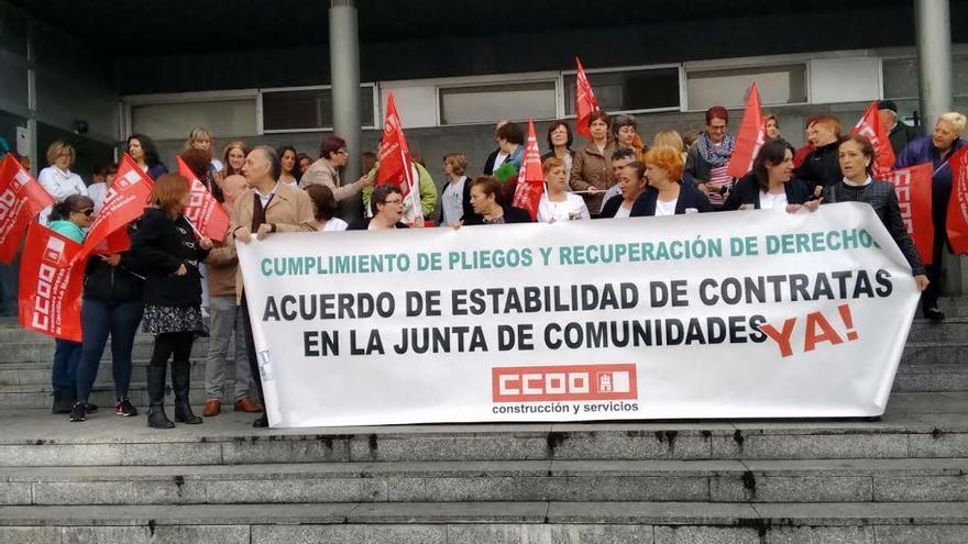 Concentración de las trabajadoras de la limpieza de los centros de salud de Guadalajara
