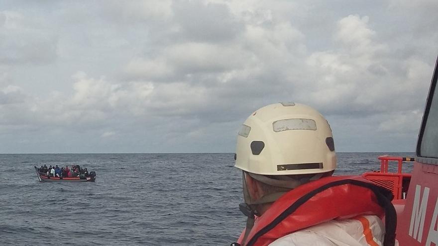 Rescatados 145 ocupantes de dos pateras en aguas del Estrecho