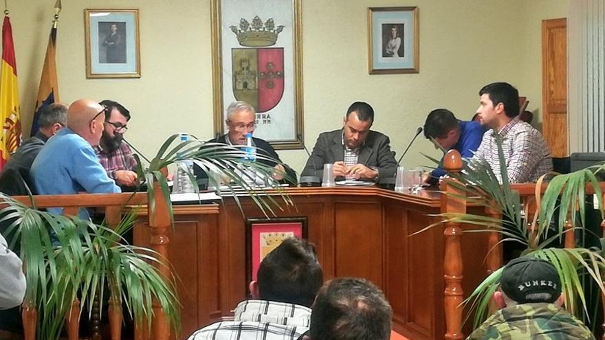 Imagen del pleno de Zarra, presidido por el anterior alcalde, Juan José Rubio