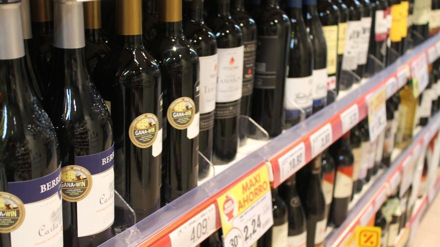 Botellas de vino en la estantería de un supermercado.