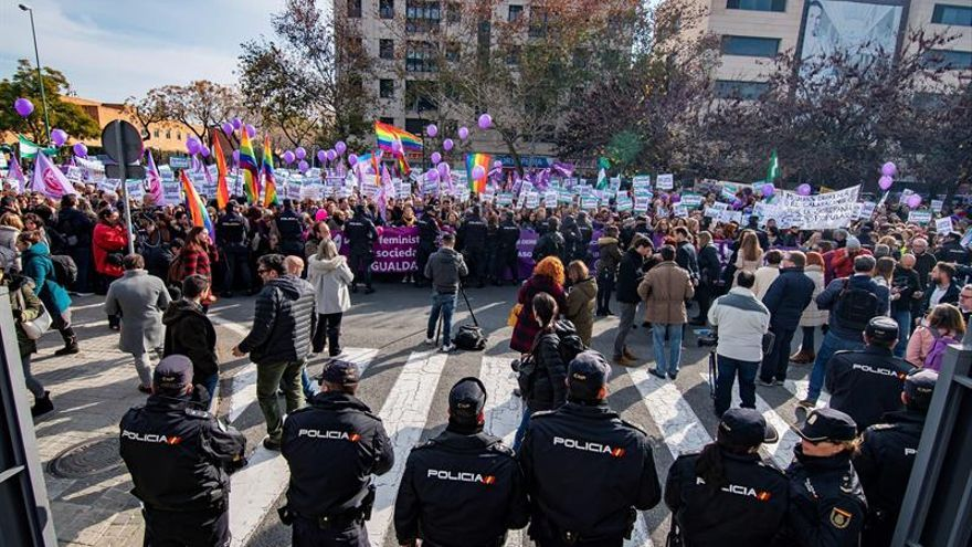 Feministas niegan escrache al PP en su protesta frente al Parlamento andaluz
