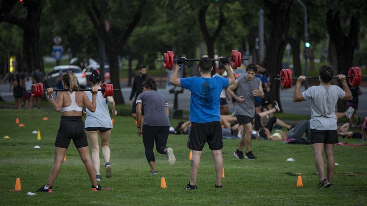 La cuarentena cerró gimnasios y multiplicó las clases en plazas y parques.