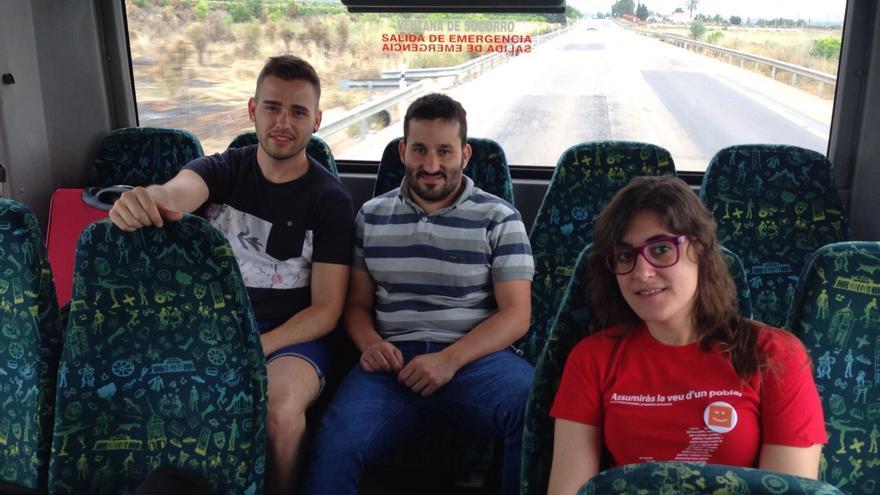 Fran Ferri y Vicent Marzà, de Compromís, en un autobús.
