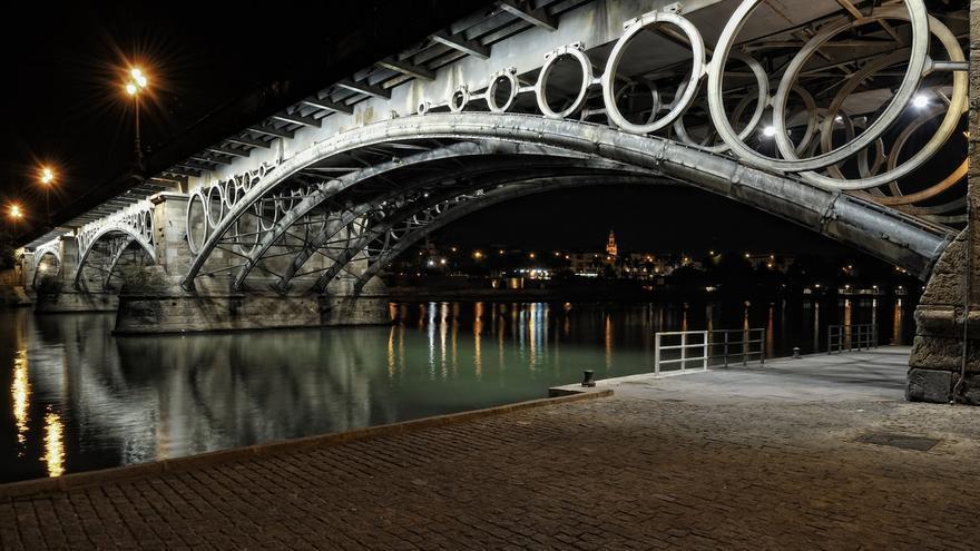 Urbanismo renueva la iluminación del Puente de Triana con nuevos focos que consumen la mitad