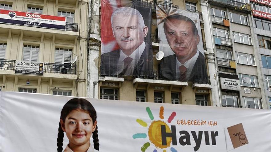 Los indecisos decidirán ante un ajustado referendo sobre el sistema presidencial en Turquía