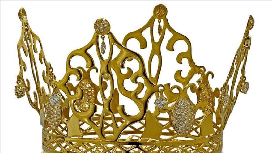 A subasta la tiara de oro que Victoria Beckham llevó en su boda