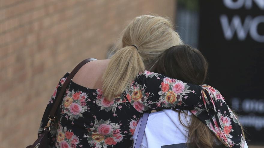 Una joven es reconfortada por una familiar tras el atentado de Manchester