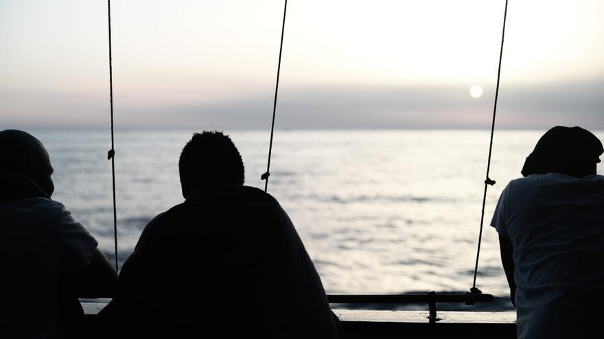 Algunas de las personas rescatadas durante la operación que tuvo lugar en la madrugada del pasado domingo. La ONG SOS Méditerranée socorrió a 229 personas, mientras que el resto de migrantes fueron rescatados por la Guardia Costera italiana y barcos mercantes, y después los trasladaron al Aquarius. En total, 629 personas permanecen en el buque operado por SOS Mediterranée y MSF. Foto: Karpov / SOS MEDITERRANEE