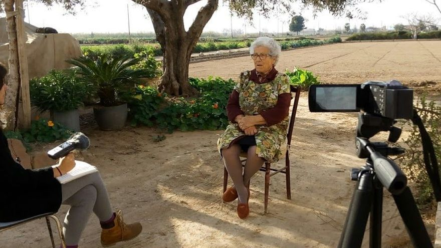 Un momento de una de las entrevistas del documental 'Entre el dia i la nit no hi ha paret' de Les Espigolaores.