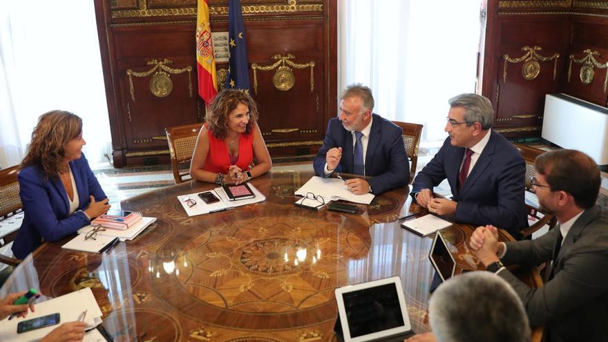 Reunión entre la ministra de Hacienda, María Jesus Montero, el presidente canario, Ángel Víctor Torres, y el vicepresidente Román Rodríguez.