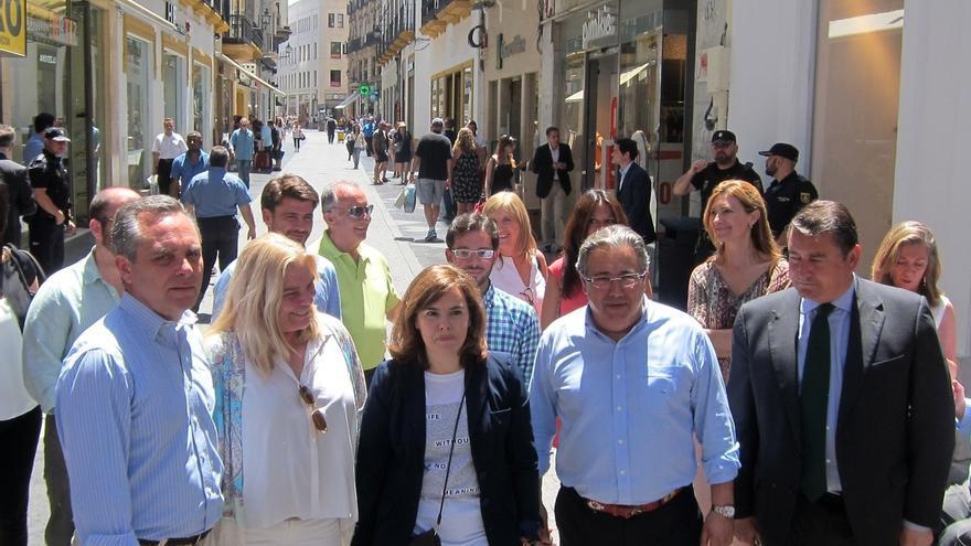 Sáenz de Santamaría recorre Espartinas, Gines y la capital para mostrar su apoyo a los candidatos