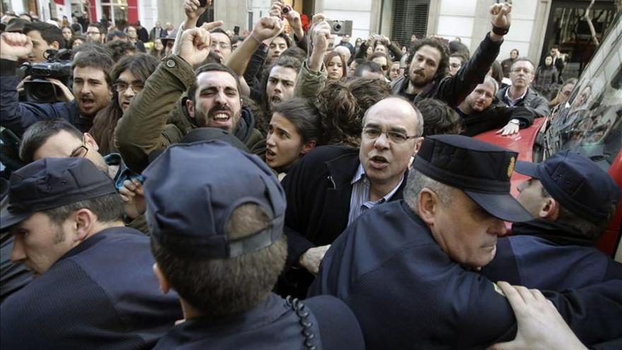 Imágenes del intento de desalojo de una mujer de 85 años, Aurelia Rey, por el impago de un mes de alquiler de un inmueble en el centro de A Coruña.
