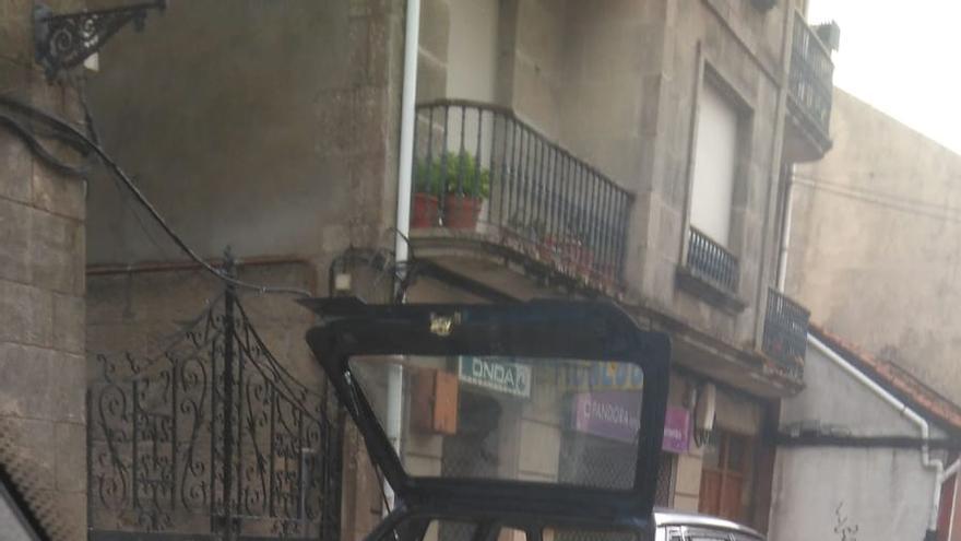 Archivadores cargados en un coche junto al Ayuntamiento de A Cañiza