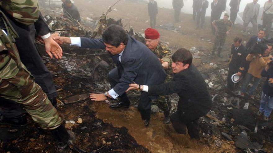 El exministro de Defensa, Federico Trillo, visita el 27 de mayo de 2003 el lugar del accidente del avión Yak-42.
