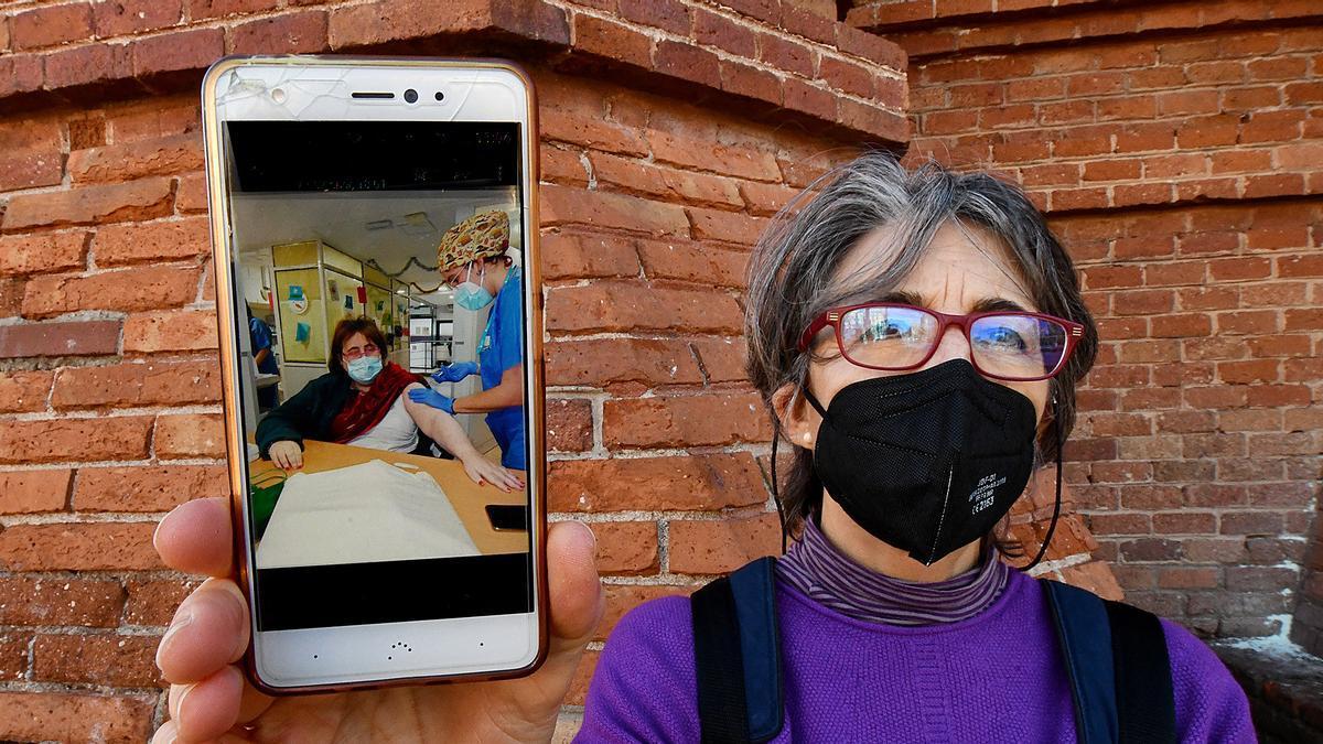 Teresa Castilla enseña la foto de su hermana Montse cuando fue vacunada contra la COVID-19 en una residencia para personas con discapacidad