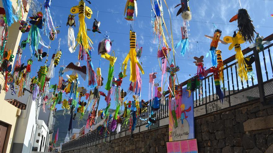 Espacio público decorado para la celebración del Festival del Cuento en 2018, en el pueblo de Los Silos