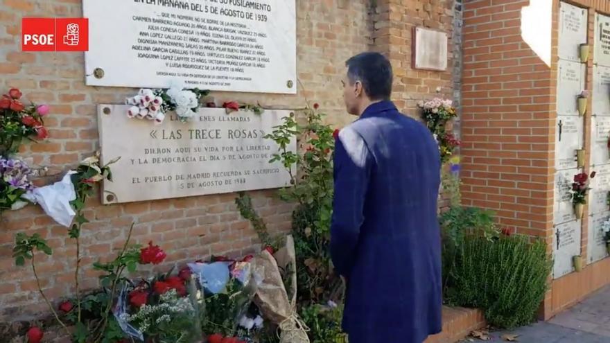 Pedro Sánchez deposita un ramo de flores en el monumento a las Trece Rosas en el cementerio de La Almudena
