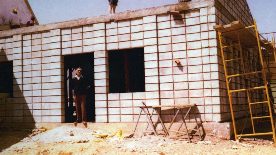 El padre de Josefo, durante la construcción del club. Foto cedida por el club Josefo.