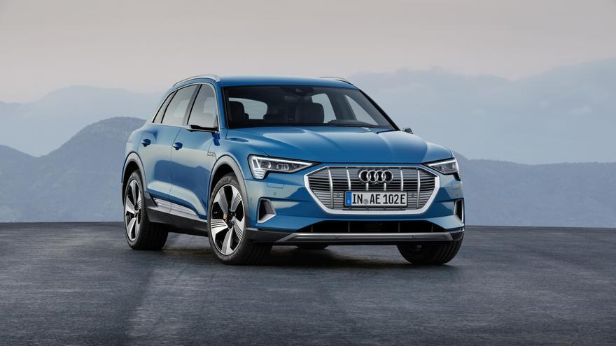 Entre otras novedades, el Audi e-tron sustituye los retrovisores exteriores por unos virtuales.