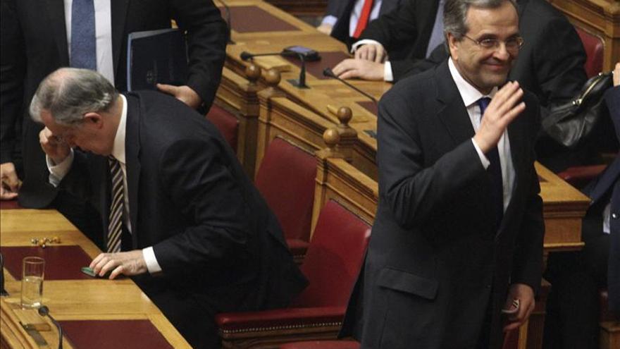 Samaras (derecha), en una de las votaciones fallidas en el Parlamento para elegir presidente.