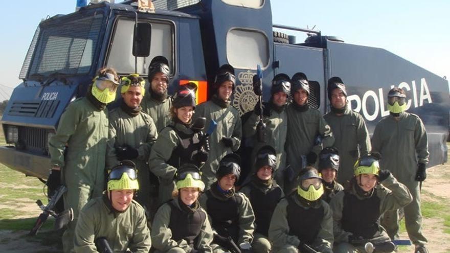 La Policía 'jubiló' una de sus tanquetas de agua a presión, que acabó en un campo de 'Paintball'