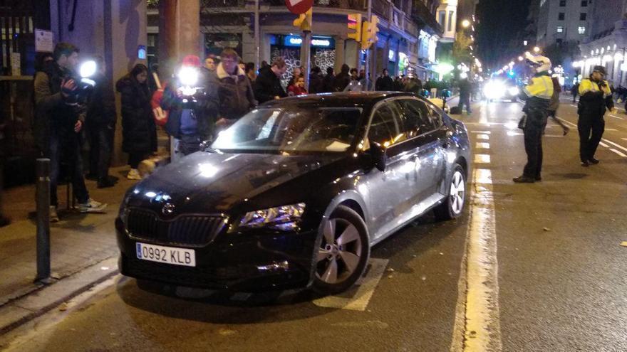 Un coche de Cabify, destrozado en la Via Laietana